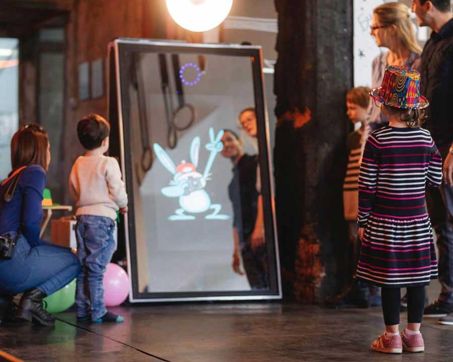 Photobooth selfi ogledalo privlači pažnju svojim izgledom i modernošću, kao i animacijama koje su višejezične. Iznajmljivanje foto kabine za deciji rodjendan i savrsena animacija za decu. Idealno za fotografisanje decijih rodjendana