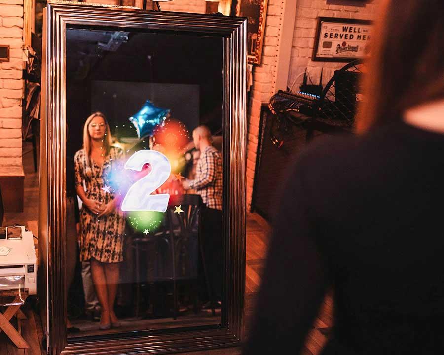 Photobooth idealan za korporativne proslave, vencanja, rodjendane, devojacko vece, dan firme . Očaraj poslovne saradnike, a pre svega iznenadi svoje zaposlene i zahvali im se na podršci i vrednom radu. Veruj mi na reč – uvek sam u centru pažnje.