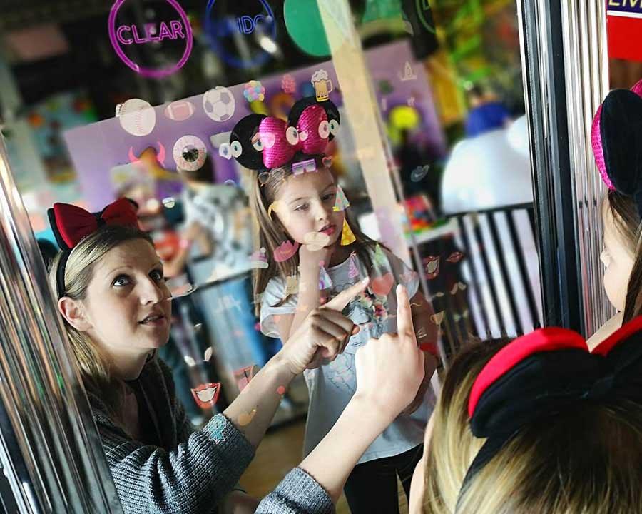 Magic mirror photo booth donosi sa sobom veliki izbor foto rekvizita (sesira , naocara , perika , poruka , maski ...) , neogranicen broj instant fotografija , zabavu vama i vasim gostima kao i trajnu uspomenu na vas srecan dan. Savrsena animacija za decu ali i roditelje.